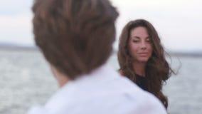 La vue avec du charme de la femme de sourire regardant l'homme tout en se tenant sur le pilier banque de vidéos