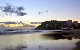 La vue côtière de lever de soleil des têtes de Burleigh échouent photo stock