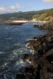 La vue côtière des lajes font le village de pico Image stock