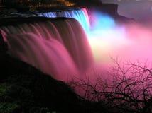 La vue colorée de l'Américain tombe la nuit, chutes du Niagara Photographie stock libre de droits