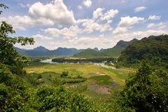 La vue courbe à une plaine et une rivière en parc national de Phong Nha KE frappent, le Vietnam images libres de droits