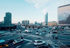 La vue courbe de la circulation urbaine moderne a encombré l'intersection photo libre de droits