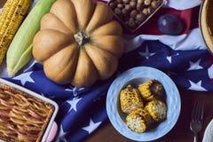 La vue courbe de la table a servi au dîner de thanksgiving photographie stock