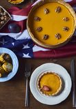 La vue courbe de la table a servi au dîner de thanksgiving photos libres de droits