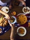 La vue courbe de la table a servi au dîner de thanksgiving photo libre de droits