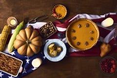 La vue courbe de la table a servi au dîner de thanksgiving photographie stock libre de droits