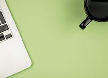 La vue courbe du bureau a coloré le bureau avec l'espace de copie Image stock
