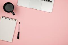 La vue courbe du bureau a coloré le bureau avec l'espace de copie Images stock