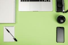 La vue courbe du bureau a coloré le bureau avec l'espace de copie Photos stock