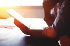 La vue cultivée de tir des mains de l'homme a lu le texte sur le pavé tactile avec le secteur d'espace de copie pour votre messag Photographie stock