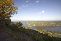 La vue d'automne donnent sur à 1300 pieds de pont et de Hudson Valley en montagne d'ours et à rivière au parc d'état de montagne  Images libres de droits