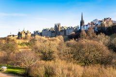 La vue d'Edimbourg vieille towen chaudement allumé par un coucher de soleil en hiver images stock