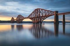 La vue d'en avant clôturent le pont au pont de chemin de fer de coucher du soleil au-dessus de Firth de image stock