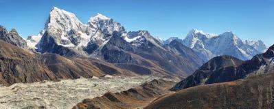 La vue d'Everest et de Lhotse fait une pointe de Gokyo Ri, Népal Photo libre de droits