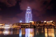La vue d'extérieur d'hôtel d'adresse la nuit photographie stock libre de droits