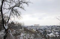 La vue d'hiver de Bratislava avec le château Photo stock