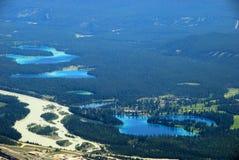 La vue d'oiseau des lacs s'approchent de la ville de jaspe Image libre de droits