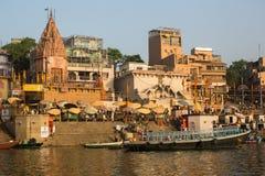 La vue d'un bateau glisse par l'eau sur le Gange le long du rivage de Varanasi Photographie stock libre de droits