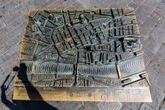 La vue d'un bronze a moulé la carte de Florence en Italie Images libres de droits