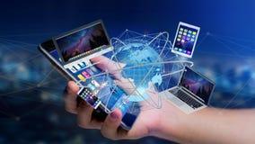La vue d'un homme d'affaires tenant un ordinateur et des dispositifs a montré o Image stock