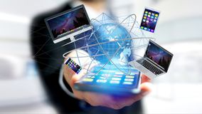 La vue d'un homme d'affaires tenant un ordinateur et des dispositifs a montré o Images stock