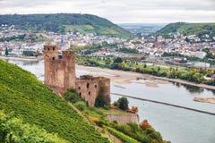 La vue d'un itinéraire de touristes sur la terre de Hesse au Burg Ehrenfels de Ruine sur la rivière le Rhin avec Bingen suis Rhei photographie stock libre de droits