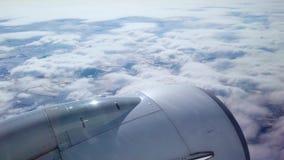 La vue d'un passager regardant la fenêtre d'un vol d'avion bien que les nuages Tir à 4k clips vidéos