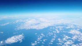 La vue d'un passager regardant la fenêtre d'un vol d'avion bien que les nuages Tir à 4k banque de vidéos