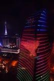 La vue d'une de la flamme domine de Royal Suite de l'hôtel de Fairmont à Bakou, capitale de l'Azerbaïdjan Images libres de droits