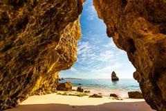 La vue d'une grotte sur le Praia font Camilo pendant le matin, Algarve, P Photos stock