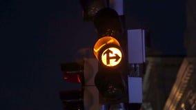 La vue d'une nouvelle intersection avec les feux de signalisation modernes Codec de ProRes banque de vidéos