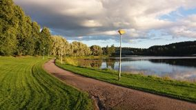 La vue d'une petite île dans la sorcière de la Finlande a un bon endroit à débarquer Photo libre de droits