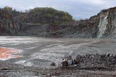 La vue dans une mine de carrière pour le porphyre bascule Images stock
