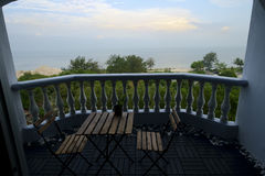 La vue de balcon et la plage ajournent le lever de soleil de matin Photos stock