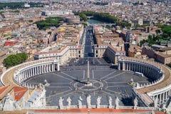 La vue de la basilique du St Peter au-dessus de la place du St Peter et de la ville de Rome photographie stock libre de droits