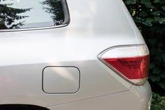 La vue de côté d'une voiture a garé sur la rue avec l'ouverture de carburant Maquette pour l'autocollant ou les décalques Illustration Libre de Droits