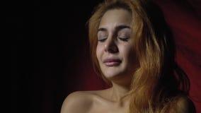 La vue de côté en tant que belle femme ride avec dégoût, mouvement lent banque de vidéos