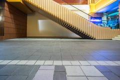 La vue de côté de l'escalator moderne et vident le plancher carrelé la nuit image stock