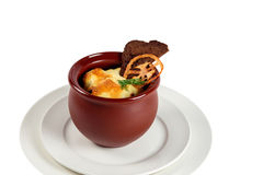 La vue de côté de la viande rôtie de boeuf avec des légumes et des herbes dans le pot en céramique rond du plat a isolé le blanc photographie stock
