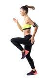 La vue de côté de mouvement arrêté des jeunes a focalisé le coureur féminin sprintant penser à l'avenir rapidement Image libre de droits