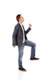 La vue de côté d'un homme d'affaires monte les escaliers Image stock