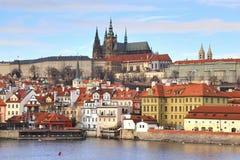 La vue de château de Prague de Charles Bridge à Prague, République Tchèque photographie stock