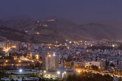 La vue de ci-dessus de la ville et de la nuit s'allume, Chiraz, Iran image libre de droits