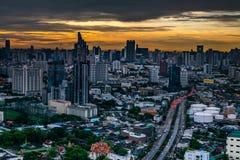 La vue de ciel de Bangkok avec des gratte-ciel au district des affaires à Bangkok dans pendant le beau crépuscule donnent à la vi photo stock