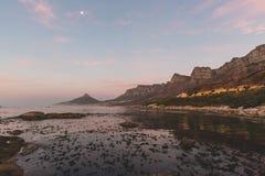 La vue de coucher du soleil du ` s de 12 apôtres et de lion se dirigent à Cape Town Images stock