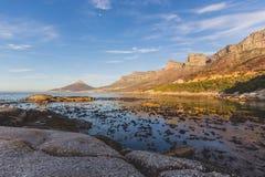La vue de coucher du soleil du ` s de 12 apôtres et de lion se dirigent à Cape Town Image libre de droits