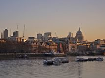 La vue de coucher du soleil de Waterloo jettent un pont sur St Paul et ville photos stock