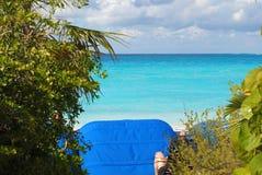 La vue de détente du sable, de l'eau, et du ciel complètement des nuages de la plage d'une île des Caraïbes Photos stock