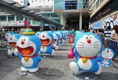La vue de face de Doraemon figure dans la ville de port Image stock