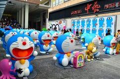 La vue de face de Doraemon figure dans la ville de port Photos stock